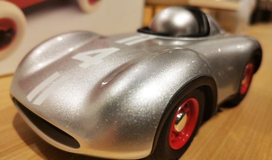 爱驰汽车研发会自动找车充电的智能移动充电机器人